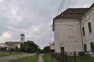 Kaštieľ. Bol kedysi s kostolom a sýpkou dominantou obce. Dnes je možné, že okolo neho prejdete autom a nevšimnete si ho.
