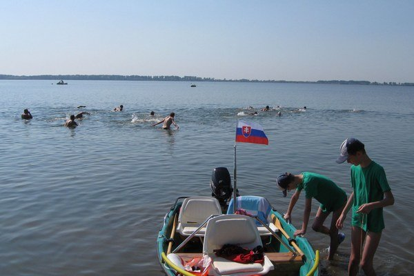 Plavci na Šírave. Preplávali 2,5–kilometrový úsek z rekreačného strediska Hôrka do strediska Prímestská oblasť.