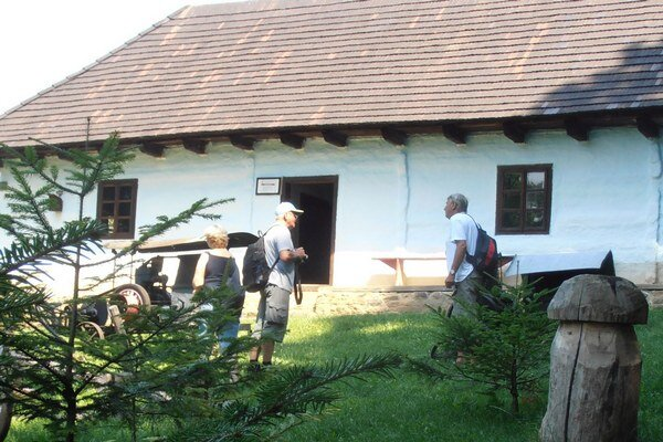 Turisti v skanzene. Michalovskí turisti si v Humennom prezreli expozíciu ľudovej architektúry.