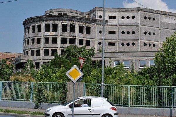 Rozostavaný pavilón. Nebude moderným zdravotníckym centrom michalovskej nemocnice. Svet zdravia a.s. postaví úplne nový pavilón.