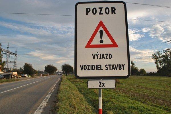 Stavbári pracujú. Medzi Voľou a Strážskym je na ceste kvôli stavbe viac nákladných áut.