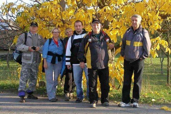 Michalovskí turisti. Prešli aj lesníckym náučným chodníkom, ktorý sa nachádza v blízkosti Sobraneckých kúpeľov.