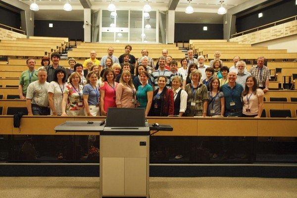Učitelia fyziky. Študijného pobytu učiteľov fyziky v Ústave časticovej fyziky CERN neďaleko Ženevy sa zúčastnili slovenskí aj českí učitelia.