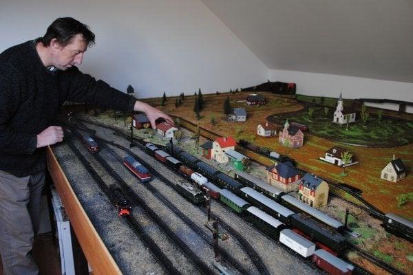 Maketa železnice. Je dlhá približne 4 metre a široká dva a pol metra. Na jej zostrojení pracoval autor štyri roky.