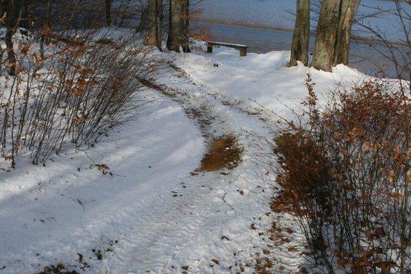 Stopy v snehu. Motorkári jazdia aj priamo v okolí Morského oka, kde platí najprísnejší, 5. stupeň ochrany prírody.