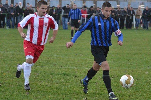 Najlepší strelec mužstva. Hrajúci asistent trénera Gabriel Molnár (vľavo).