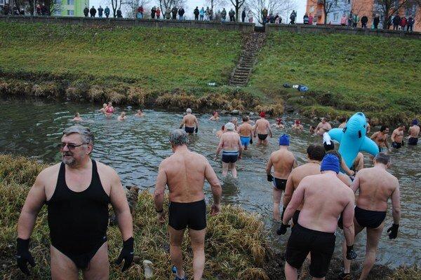 Rekordný počet. V chladnom Laborci si počas tradičnej novoročnej akcie Živá biela voda zaplávalo až 45 otužilcov.
