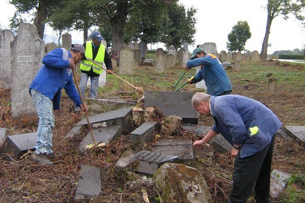 Židovský cintorín v Sobranciach. Desaťročia chátral. Ján Semka ho obnovil spolu s dobrovoľníkmi a s podporou miestnej samosprávy.