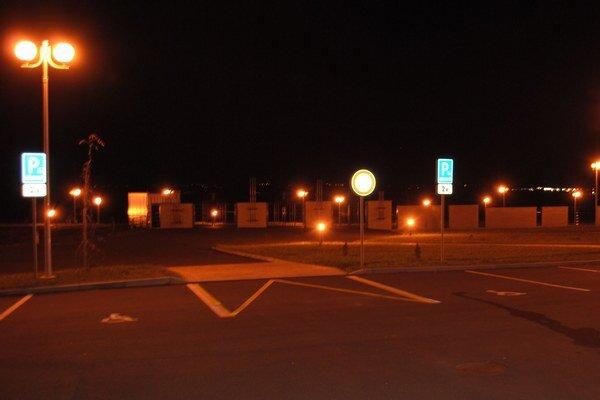 Nočné svietenie. Samospráva tvrdí, že je nevyhnutné, aby ochránila majetok pred vandalmi a zlodejmi.