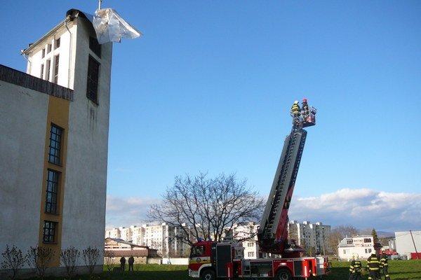 Visiaci plech museli odstrániť michalovskí hasiči.