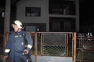 Miesto požiaru. Dôchodca sa snažil napojiť plynový sporák v tomto dome. Po napojení došlo k úniku plynu a následnej explózii a požiaru.