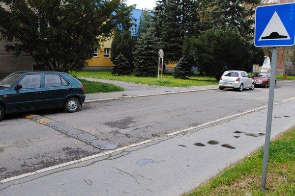 Okružná ulica. Mnohí vodiči obchádzajú retardér a jazdia po chodníku.