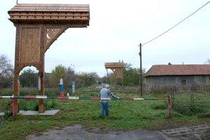 Prostý kraj a moderná kontrola. Polícia na monitoroch sleduje hranicu aj hraničný priechod v Slemencoch.
