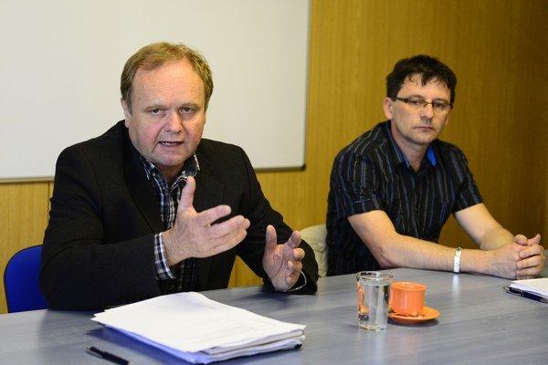 Na snímke členovia Predsedníctva OZ KOVO, vľavo Jozef Balica, vpravo Ján Šlauka.