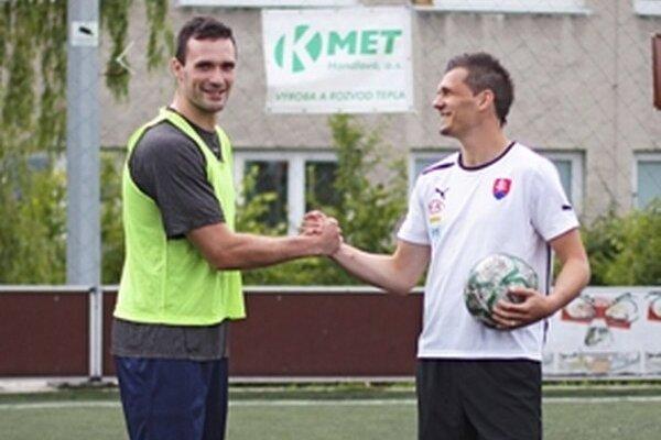 Exhibičný zápas reprezentantov. Zľava hokejista Marek Viedenský a futbalista František Kubík.
