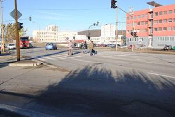 Vodič šiel v smere od Sniny na nadjazd. Chodca zrazil v strede priechodu.