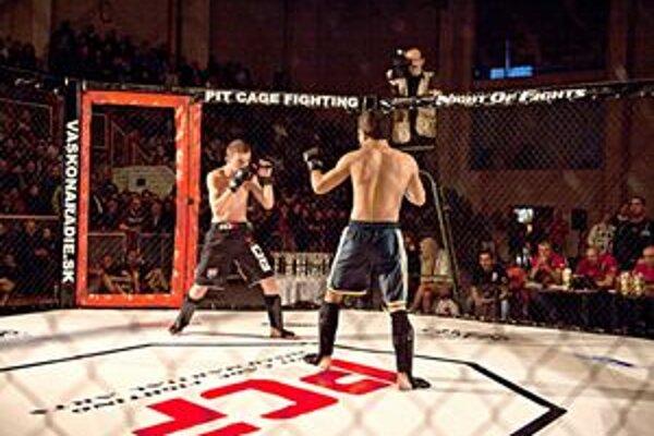 Bojovníci súťažia v klietke. Nepoužívajú takmer žiadne chrániče.