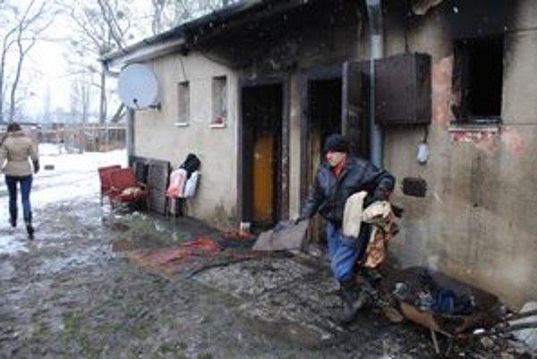 Po požiari s odstraňovaním následkov pomáhali rodine dedinčania, susedia a kamaráti.
