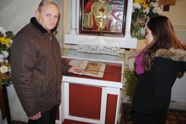 Evanjeliár umiestnili v gréckokatolíckom chráme v obci Baškovce. Na snímke kantor Viktor Beca a študentka Kristína Doričová.