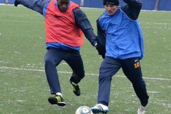 V akcii počas prvého tréningu. R. Rák (vpravo) v súboji s A. Ceesayom.