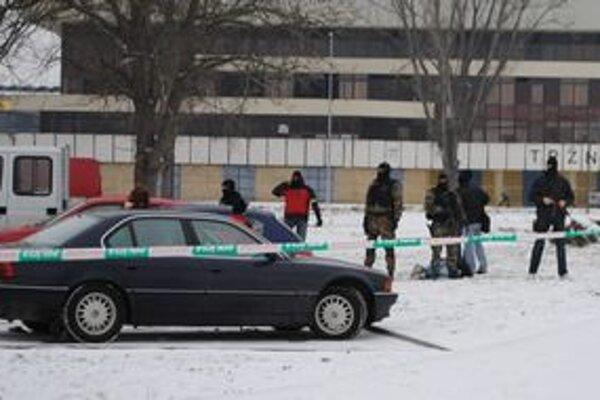 Razia. Kukláči zadržali v Michalovciach muža podozrivého z drogovej trestnej činnosti.