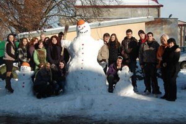 Tretiaci z obchodnej akadémie. Namiesto telesnej výchovy stavali snehuliaka.