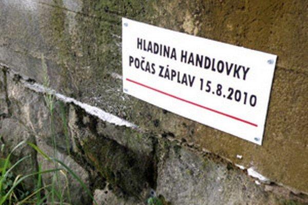 Tabuľka ukazuje výšku hladiny Handlovky v Prievidzi počas povodne v auguste 2010.
