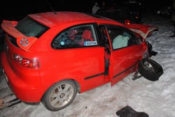 Opitý vodič po rýchlej jazde narazil do dvoch zaparkovaných áut.