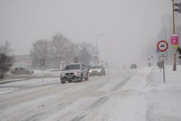Slabá viditeľnosť. Sneženie a vietor dali zabrať aj vodičom v Humennom.
