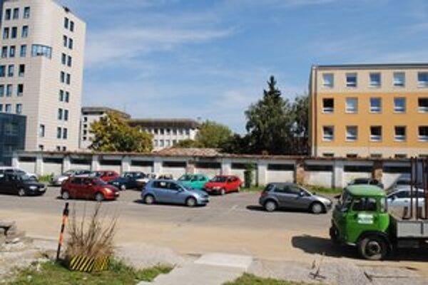 Parkovisko. Mesto prenajalo pozemok na 25 rokov firme, ktorá na ňom postaví štvorposchodový parkovací dom.
