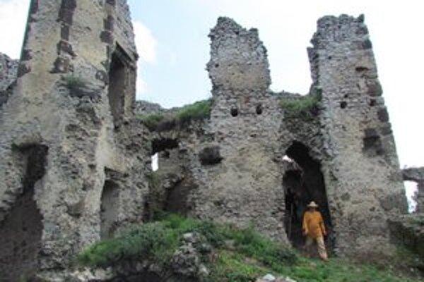 Viniansky hrad. Do jeho obnovy sa zapoja aj nezamestnaní.