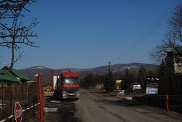 Lesná správa Jovsa. Vyťažené drevo z vojenských lesov tu nakladajú a vyvážajú cez obec.