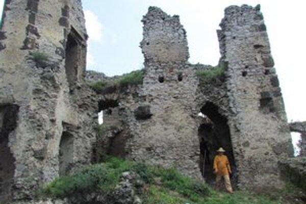 Hrad nad obcou Vinné. Ponúka pekný výhľad na okolité obce a Zemplínsku šíravu.