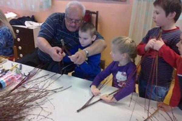 Tradície v škôlke. Martin Fedorko naučil škôlkarov pliesť korbáčiky z prútia.