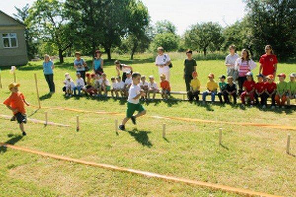 Predškoláci si vyskúšali aj beh na dvadsať metrov.