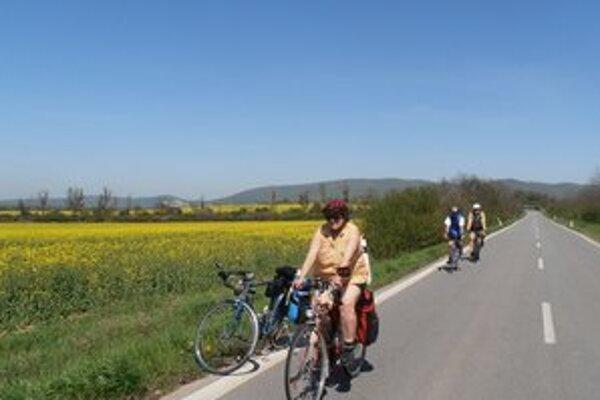 Cyklojarné kilometre. Turistom na bicykloch počasie pomáhalo zdolávať kilometre.
