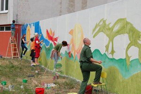 Deň a noc. Na múry maľovali rozprávkové motívy.
