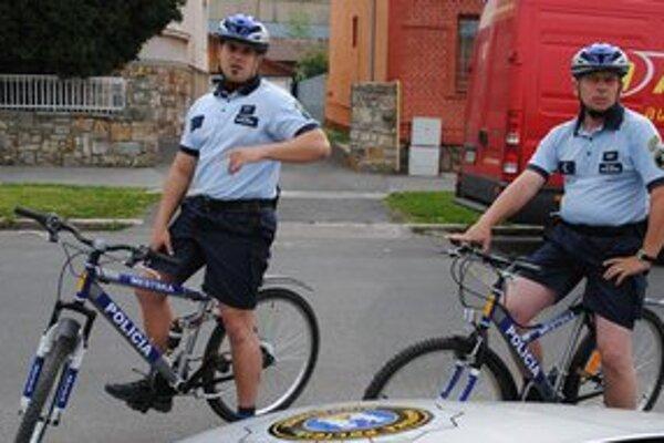 Cyklohliadky. V Michalovciach už policajti hliadkujú aj na bicykloch.