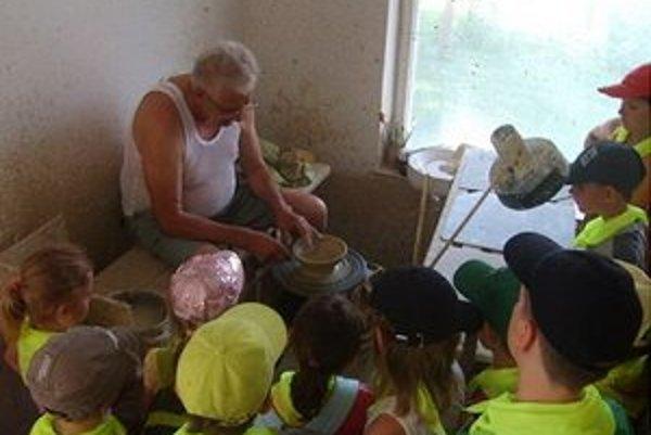 Návšteva u hrnčiara. V tábore môžu deti získať nové poznatky.