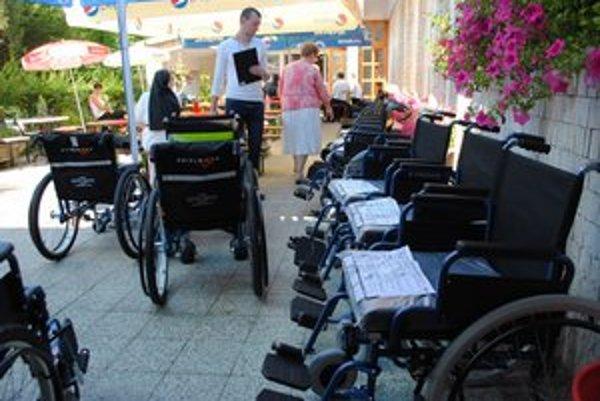 V nasledujúcich týždňoch rozdajú postihnutým východniarom ďalších vyše 600 invalidných vozíkov.