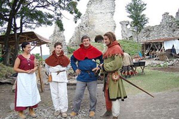 V dobových kostýmoch. Spolu s tradičnými nástrojmi dotvárajú tú pravú stredovekú atmosféru.