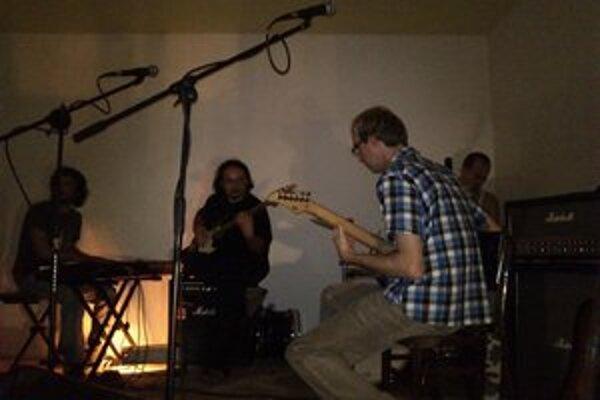 Hudobná improvizácia prilákala množstvo amatérskych hudobníkov.