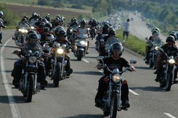 Dopravné obmedzenia. Na cestách Michalovského okresu budú dnes a v sobotu tisícky motocyklistov.
