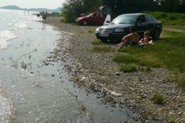 S autom až do Šíravy. Niektorí vodiči sú arogantní. Autami parkujú len necelé dva metre od brehu.