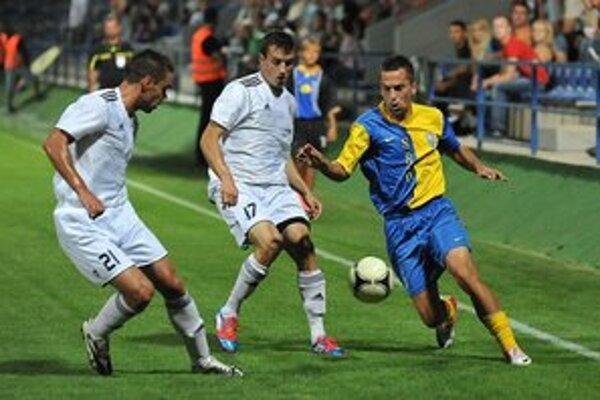 Domáci Vanák v obkľúčení súperov. Ako jeden z mála hráčov MFK Zemplín podal dobrý výkon.