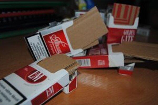 Podvod s cigaretami. V škatuľkách boli namiesto cigariet postrihané kusy kartónu. Foto: