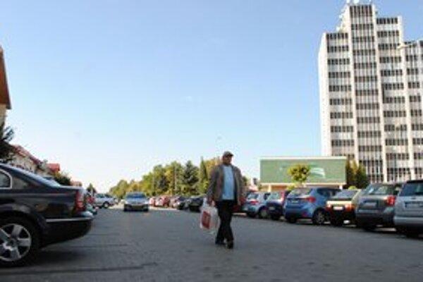 Štefánikova ulica. Dlažba sa pod autami hýbe.