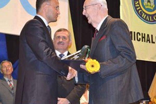 Futbalová osobnosť storočia. Ocenenému Alexandrovi Bugalovi (vpravo) odovzdáva plaketu, knihu a kvet Richard Havrilla.