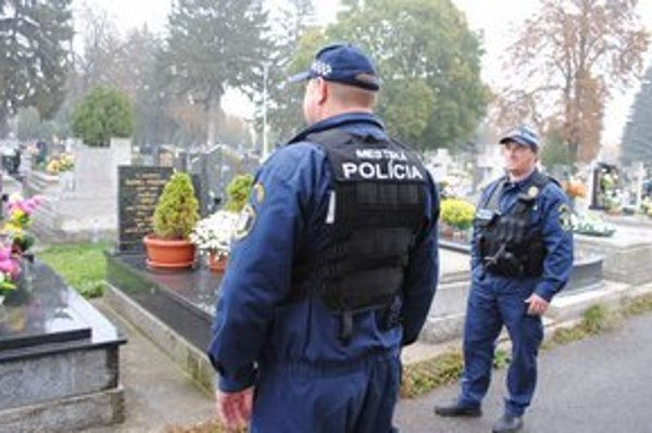 Cintorín v Michalovciach. Vandalov, ktorí kopali do náhrobných kameňov a rozhadzovali kvety, zadržala hliadka mestskej polície.