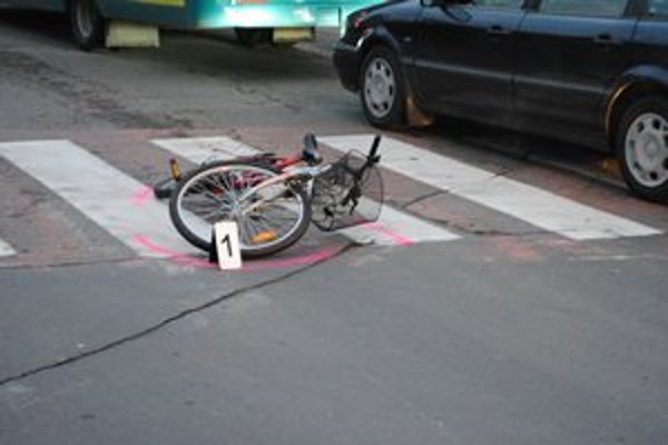 Nehoda. Cyklistka narazila do bočnej časti auta na priechode pre chodcov.